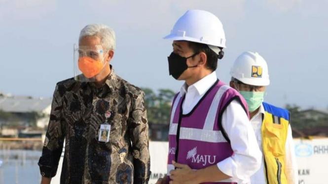 Gubernur Ganjar Pranowo (kiri) mendampingi Presiden Joko Widodo meninjau sejumlah sentra vaksinasi COVID-19 di beberapa daerah di Jawa Tengah, Jumat, 11 Juni 2021.