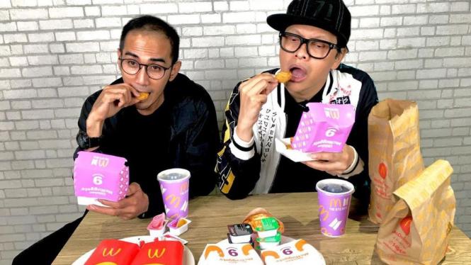 Armand Maulana mereview menu BTS Meal