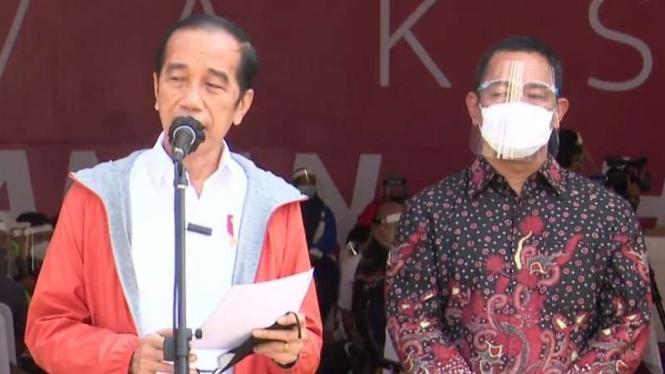 Wali Kota Semarang Hendrar Prihadi (kanan) saat, bersama Gubernur Jawa Tengah Ganjar Pranowo, mendampingi Presiden Joko Widodo meninjau sejumlah sentra vaksinasi COVID-19 di Pelabuhan Tanjung Emas, Jumat, 11 Juni 2021.