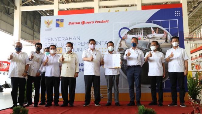 Menteri Koordinator Bidang Perekonomian, Airlangga Hartarto saat menyerahkan dua PP KEK yang berlokasi di Batam.