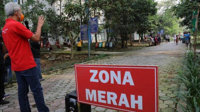 Gubernur Jawa Tengah Ganjar Pranowo menyapa pasien Covid-19 yang menjalani isolasi di Technopark Ganesha Sukowati, Sragen, Sabtu 12 Juni 2021.