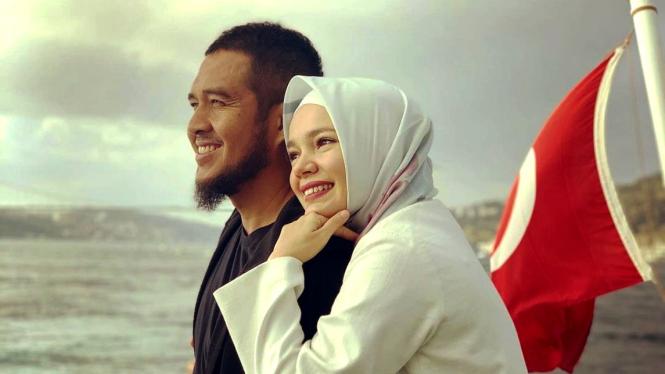 Dewi Sandra dan suami, Agus Rahman