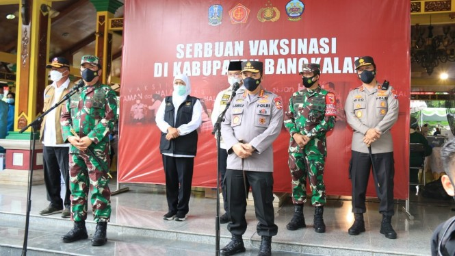 Panglima TNI Marsekal Hadi Tjahjanto dan Kapolri Jenderal Listyo Sigit Prabowo di Kabupaten Bangkalan, Madura, Sabtu, 12 Juni 2021.