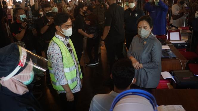Wali Kota Solo Gibran Rakabuming Raka dan Ketua DPR RI Puan pantau vaksinasi COVID-19 di Balai Kota Solo.