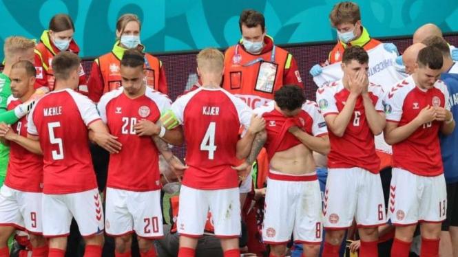 Pemain Denmark menutupi Eriksen yang ditangani tim medis