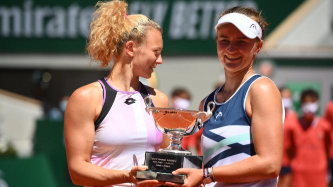 Barbora Krejcikova (kanan) dan Katerina Siniakova juara ganda putri French Open