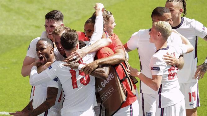 Pemain Timnas Inggris merayakan gol Raheem Sterling