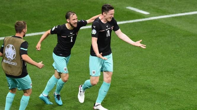 Pemain Timnas Austria, Michael Gregoritsch merayakan gol (kanan)