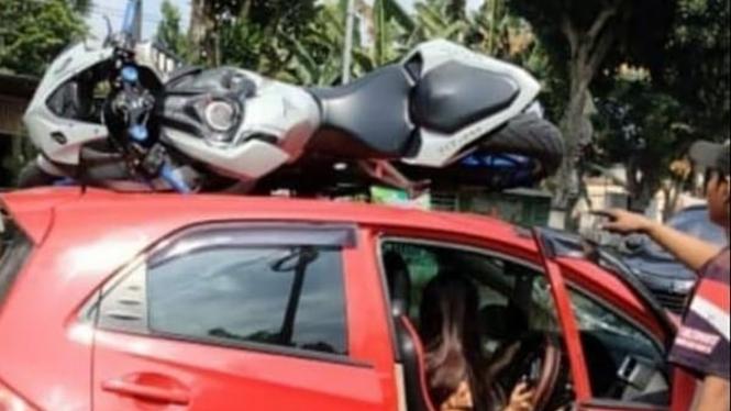 Kecelakaan motor CBR250RR dan Honda Brio.