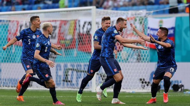 Pemain Slovakia merayakan gol usai bobol gawang Polandia