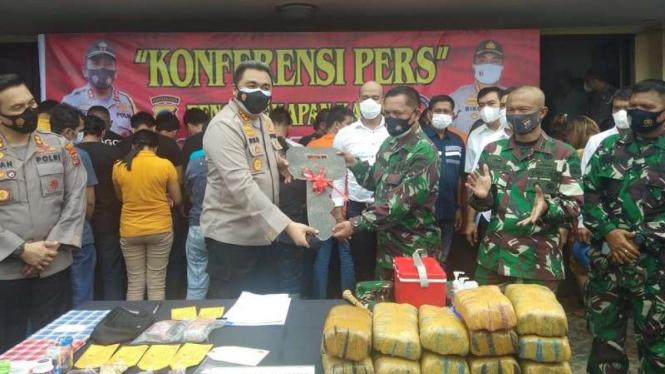 Kapolrestabes Medan Kombes Riko Sunarko menghadiahi sepeda motor ke anggota TNI