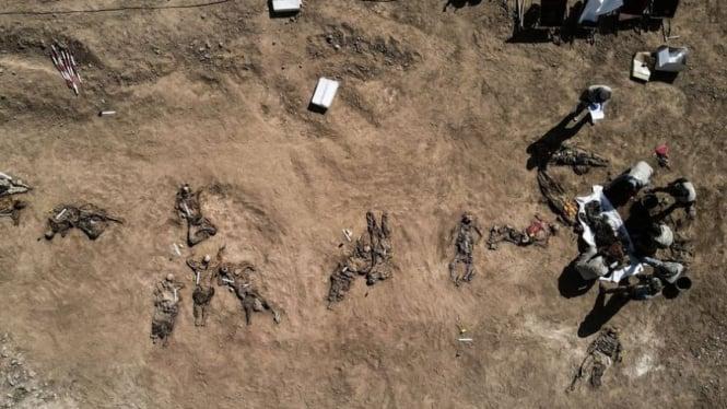 Penampakan udara di kuburan massal di penjara Badush, Irak.