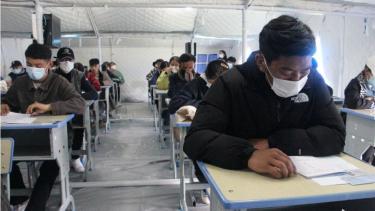 https://thumb.viva.co.id/media/frontend/thumbs3/2021/06/15/60c85bc40765c-kaum-muda-china-muak-mengejar-sukses-dan-memilih-rebahan-akibat-persaingan-ketat-sejak-lahir_375_211.jpg