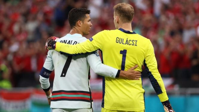 Pemain Timnas Portugal, Cristiano Ronaldo bersama Peter Gulacsi, kiper Hungaria