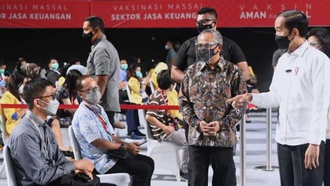 Presiden Jokowi Meninjau Vaksinasi Sektor Jasa Keuangan