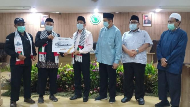 Penyerahkan donasi dari Wahdah Islamiyah kepada Palestina melalui MUI Pusat