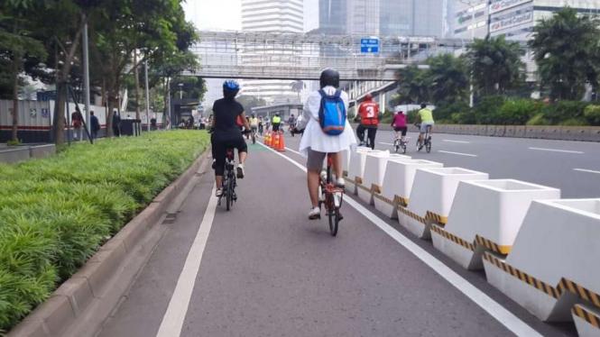 Pesepeda di Jalur Sepeda permanen di Jalan Sudirman.