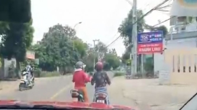 Viral emak-emak naik motor ngobrol di tengah jalan (instagram/makassar_iinfo)