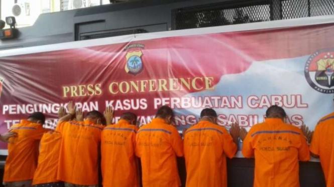 Polisi menunjukkan delapan pelaku cabul terhadap seorang anak penyandang disabilitas kepada pers, di Markas Polda Sulawesi Utara, Manado, Rabu, 16 Juni 2021.