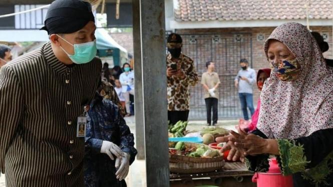 Sosialisasi Ganjar Pranowo kepada para pedagang di Pasar Magelang mengenai 6 langkah mencuci tangan. (instagram /ganjar_pranowo)