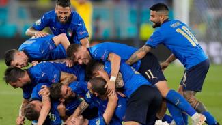 Pemain Italia merayakan gol ke gawang Swiss
