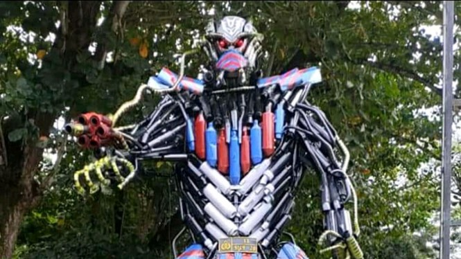 Knalpot sitaan diubah jadi patung Transformers.