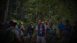 VIVA Militer: Prajurit TNI temukan Kiman di tengah hutan.