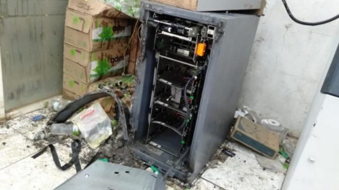 Kondisi ATM di salah satu minimarket di Kota Bekasi yang dibobol maling.