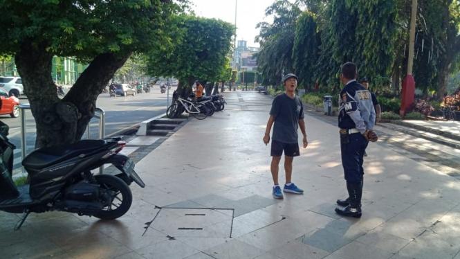 Petugas Dishub sosialisasikan penutupan ruas jalan di Semarang.