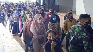 Kerumunan saat vaksinasi di Stadion Gelora Bandung Lautan Api.