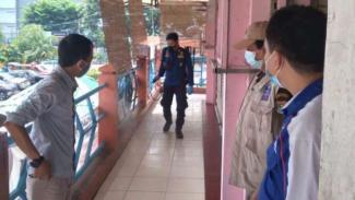 Petugas menyemprot Pasar Kelapa Dua, Kabupaten Tangerang, dengan disinfektan.