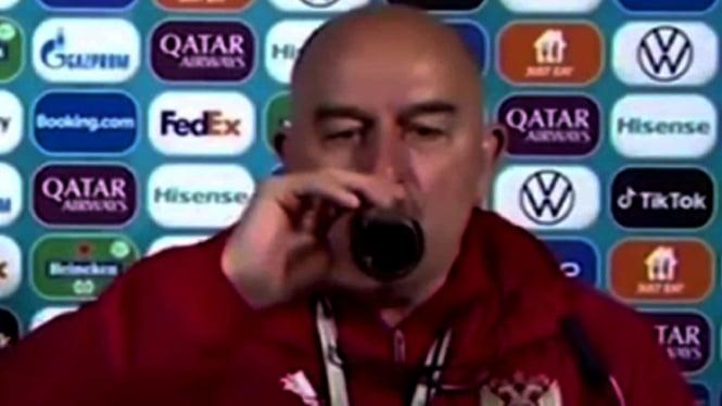 Pelatih Timnas Rusia, Stanislav Cherchesov minum Coca Cola dalam jumpa pers.