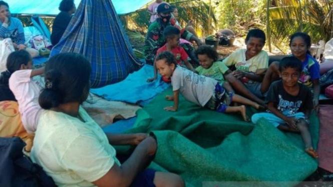 Sejumlah warga masih mengungsi dan tinggal di tenda darurat di negeri Tehoru, Kabupaten Maluku Tengah, Maluku, Kamis, 17 Juni 2021, setelah wilayah mereka diguncang gempa dengan magnitudo 6.1 pada Rabu lalu.