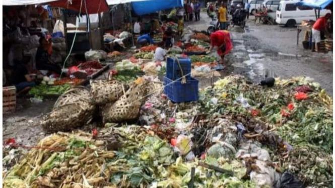 Beragam sampah pasar menjadi masalah tersendiri.