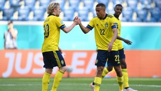Pemain Timnas Swedia, Emil Forsberg (kiri) merayakan gol