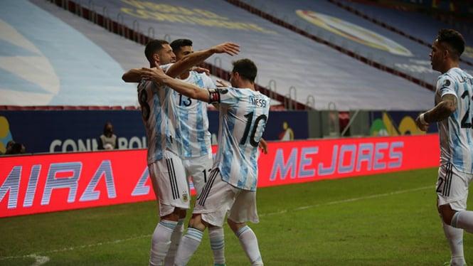 Selebrasi pemain Timnas Argentina usai bobol gawang Uruguay.