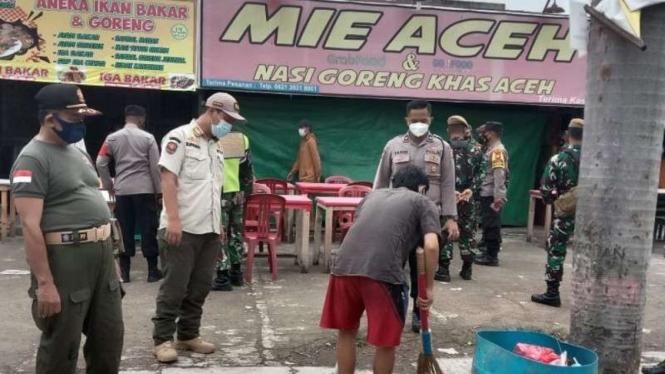 Warga Cikarang Bekasi yang kedapatan tidak pakai masker dihukum menyapu jalan