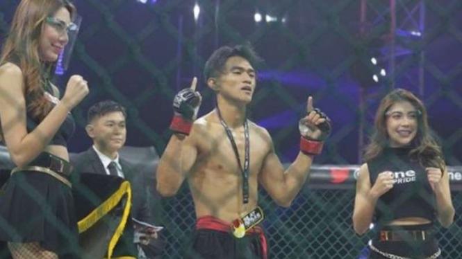 JImmy Menda memenangkan pertarungan silat bebas One Pride MMA.