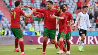Timnas Portugal merayakan gol Cristiano Ronaldo (tengah)