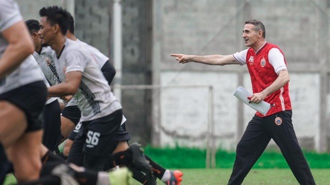Pelatih baru Persija Jakarta, Angelo Alessio, pimpin latihan