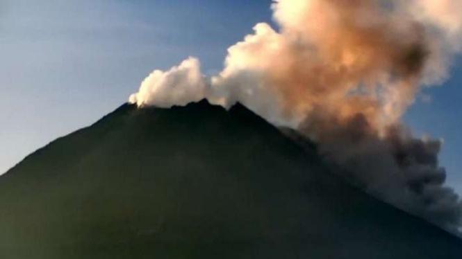 Gunung Merapi di perbatasan Provinsi Jawa Tengah dan DIY.