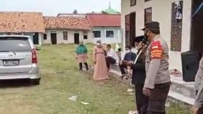 Kerumunan bagi rapor SD swasta di Bekasi dibubarkan
