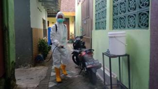 BPBD Kota Malang menyemprotkan disinfektan.