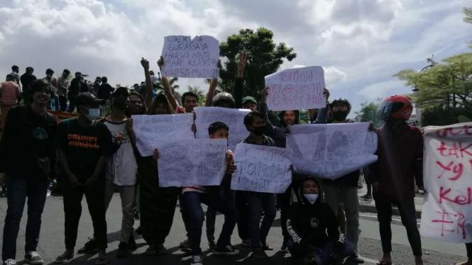 Massa pendemo penyekatan Suramadu di Balai Kota Surabaya.