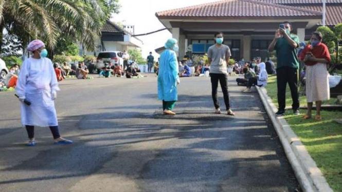 Pasien COVID-19 menjalani isolasi terpusat di Rumdin Walikota Semarang.