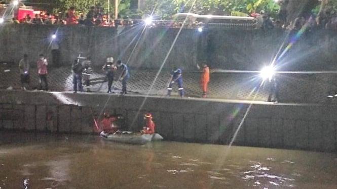 Proses evakuasi mayat di Kali Ciliwung.