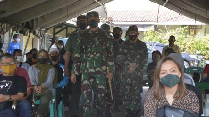 VIVA Militer: Danrem 061/SK Brigjen TNI Achmad Fauzi tinjau serbuan vaksinasi