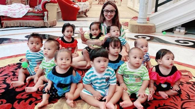 Monica Soraya dan bayi-bayi yang diadopsinya.