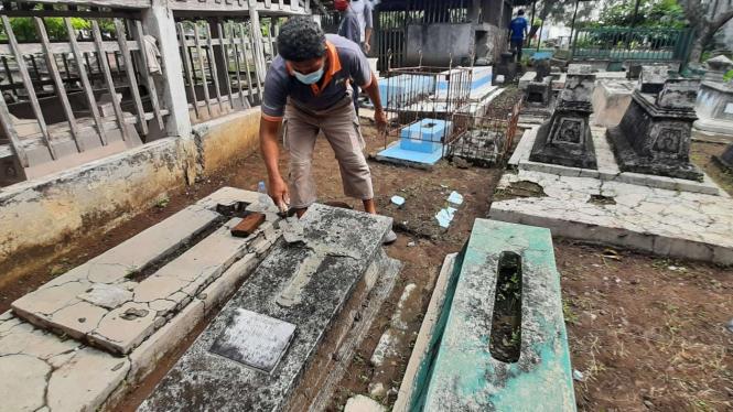 Warga Kerja Bakti Perbaiki Makam yang Dirusak, di Solo