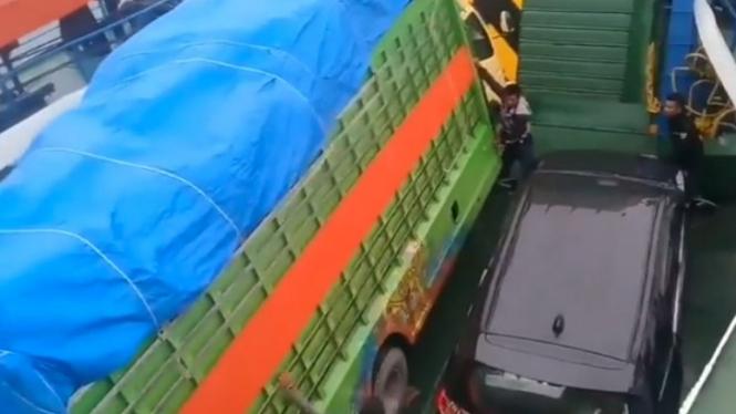 Viral truk goyang-goyang di atas kapal (Instagram/ndorobeii)